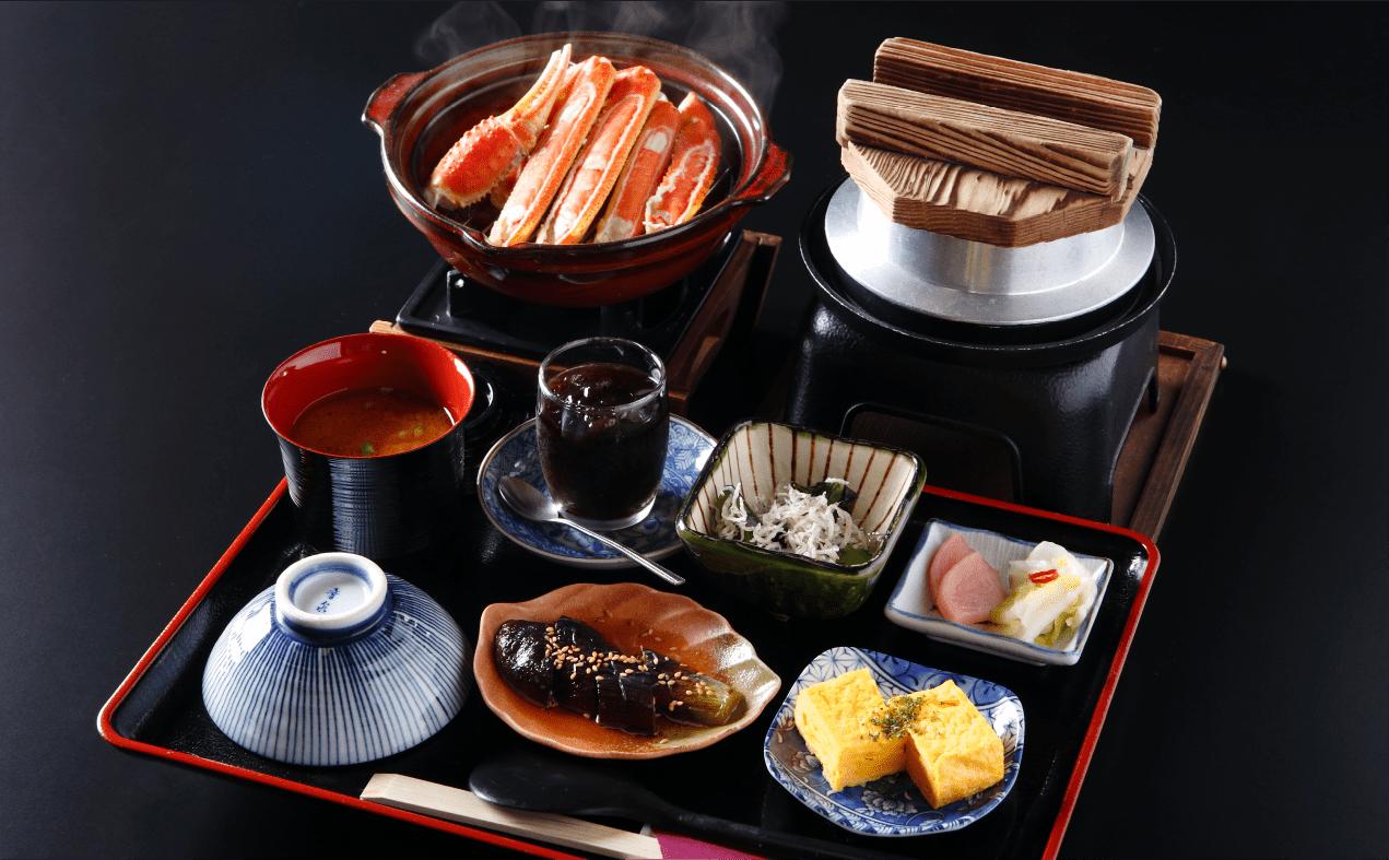 釜めしセット 牡丹 お好きな釜めし/季節の小鉢三品/小鍋(蒸し蟹は冬季のみのご提供となります)/味噌汁/香の物/デザート/ドリンク/